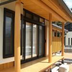 縁側には杉の丸柱と円桁を施工