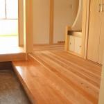 玄関には淡い色のサクラの上框と式台を使用