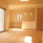 LDKの天井に無節の杉板を 床には無節浮造りの「もみの木」を使用
